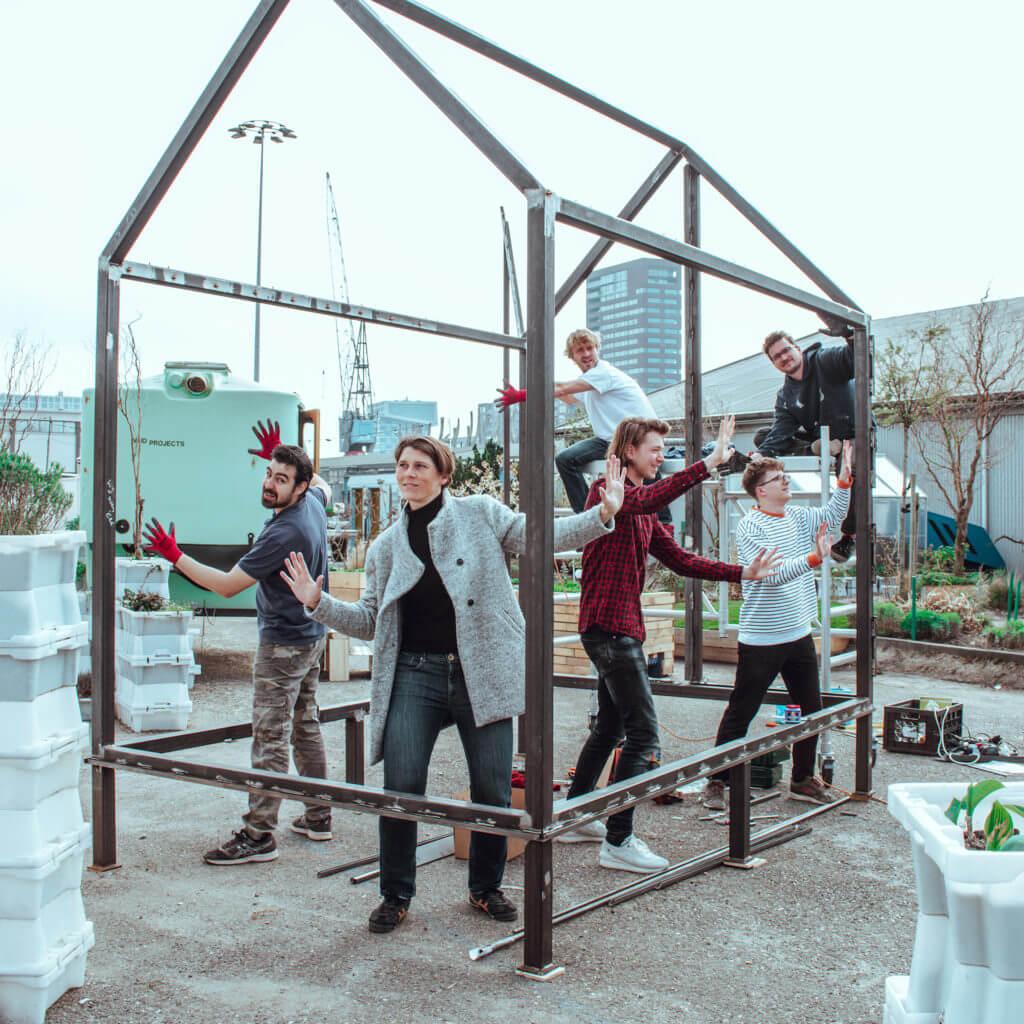 Renske van der Stoep van ROFFAA. Van dat allernieuwste 'glazen' huisje op de Kroons eigenste stadscamping Culture Campsite. Renske: 'Wij willen aantonen dat je met reststromen nieuwe mooie producten voor de bouw kunt ontwikkelen'.