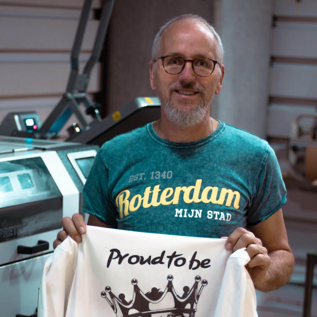 Q&A met Kasper Bontje: 'Na 43 jaar in de elektrotechniek heb ik het roer omgegooid om hier mijn passie voor kunst met textiel druktechniek te combineren. Je bent nooit te oud om je dromen na te streven!'