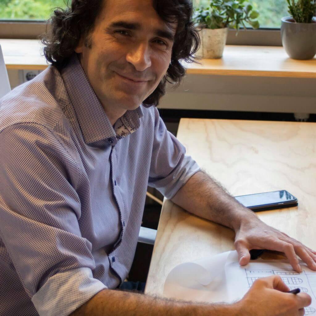 """Q&A met Ali Seckin van StudioTan is een Rotterdams architectenbureau: """"Ik sta voor vernieuwende, duurzame architectuur waarin de mens centraal staat. De menselijke maat, context en eenvoud zijn voor mij essentiële begrippen."""""""